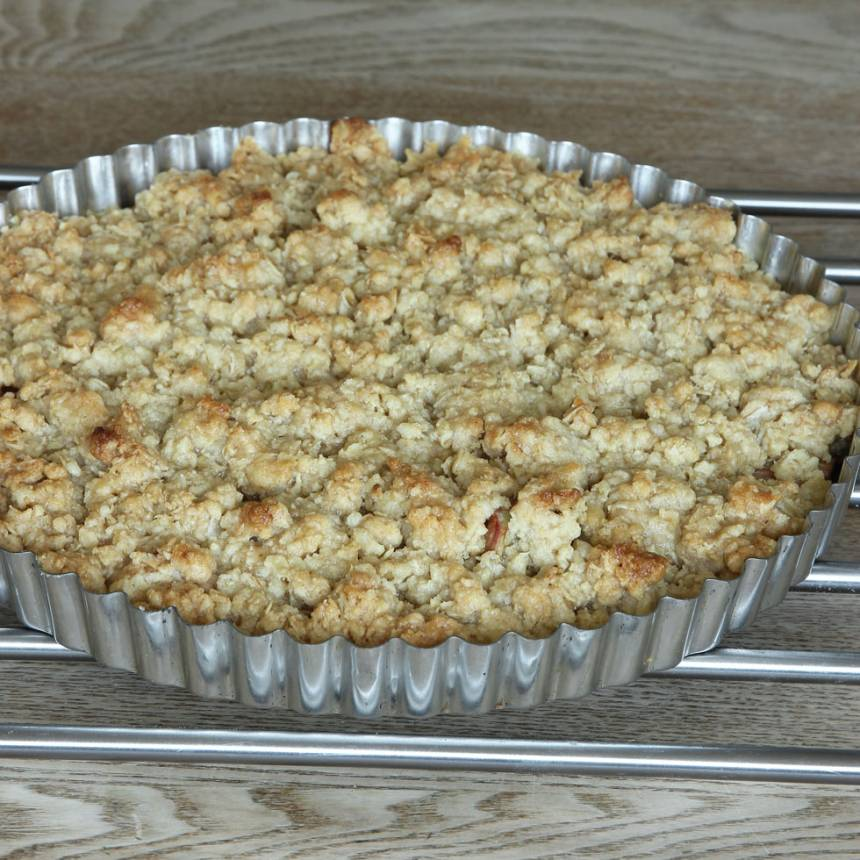 4. Grädda pajen mitt i ugnen i ca 30 min eller tills den är gyllenbrun. Servera gärna med vaniljsås eller vaniljglass.