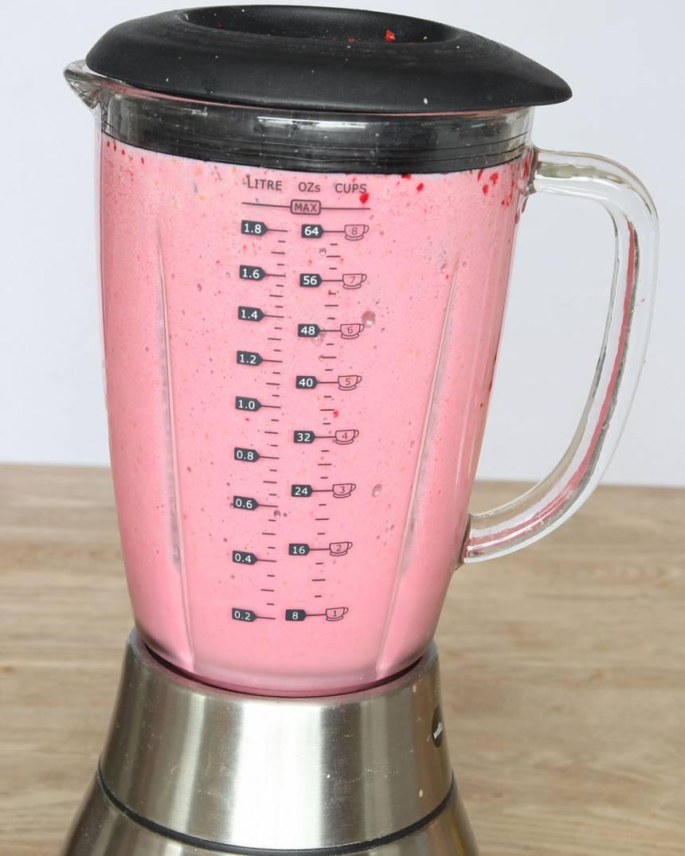 3. Tillsätt mjölken och mixa i någon minut till en fluffig shake. Drick den direkt när den är iskall.