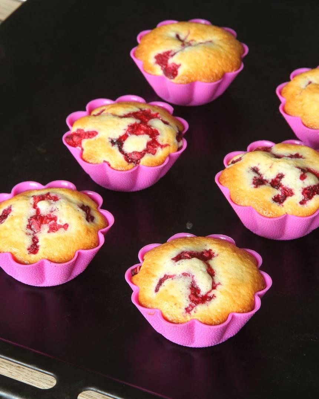 5. Grädda muffinsen mitt i ugnen i ca 20 min. Låt dem svalna. Pudra över florsocker.
