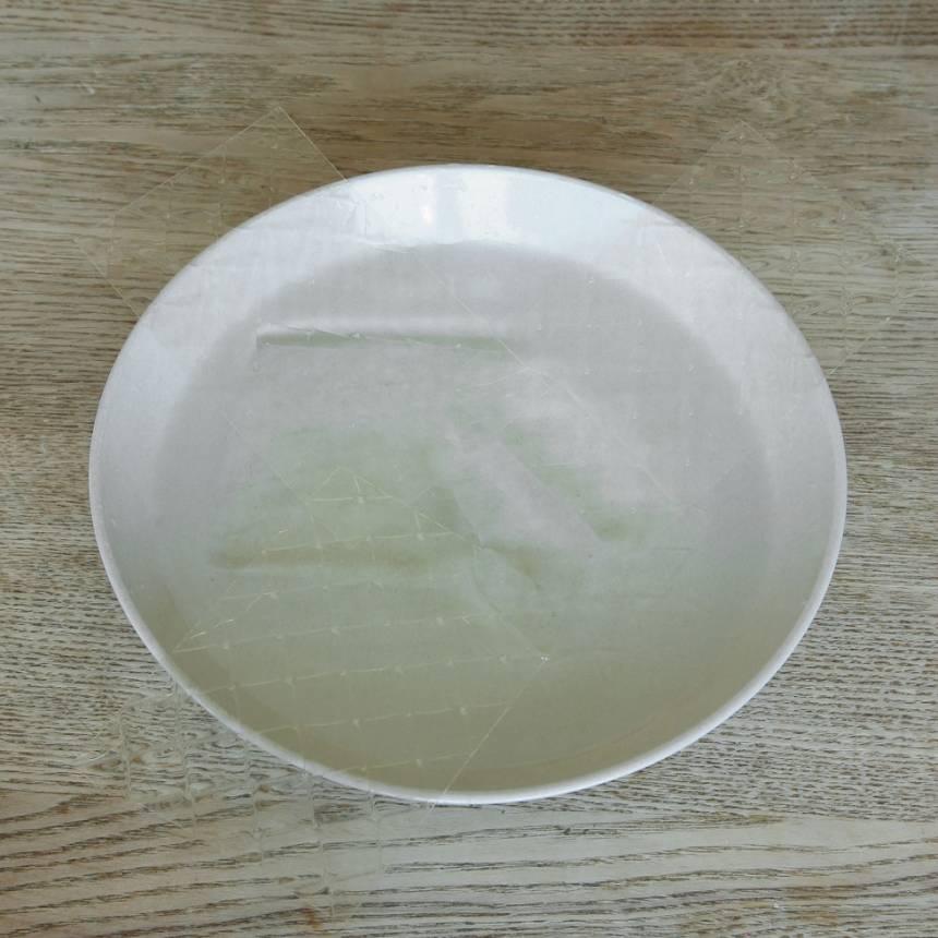 3. Jordgubbsmousse: Lätt gelatinbladen i kallt vatten i ca 10 min.