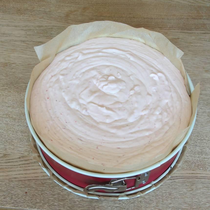 8. Bred ut jordgubbsmoussen över browniebottnen och låt den stå och stelna i kylen i 5–6 timmar.