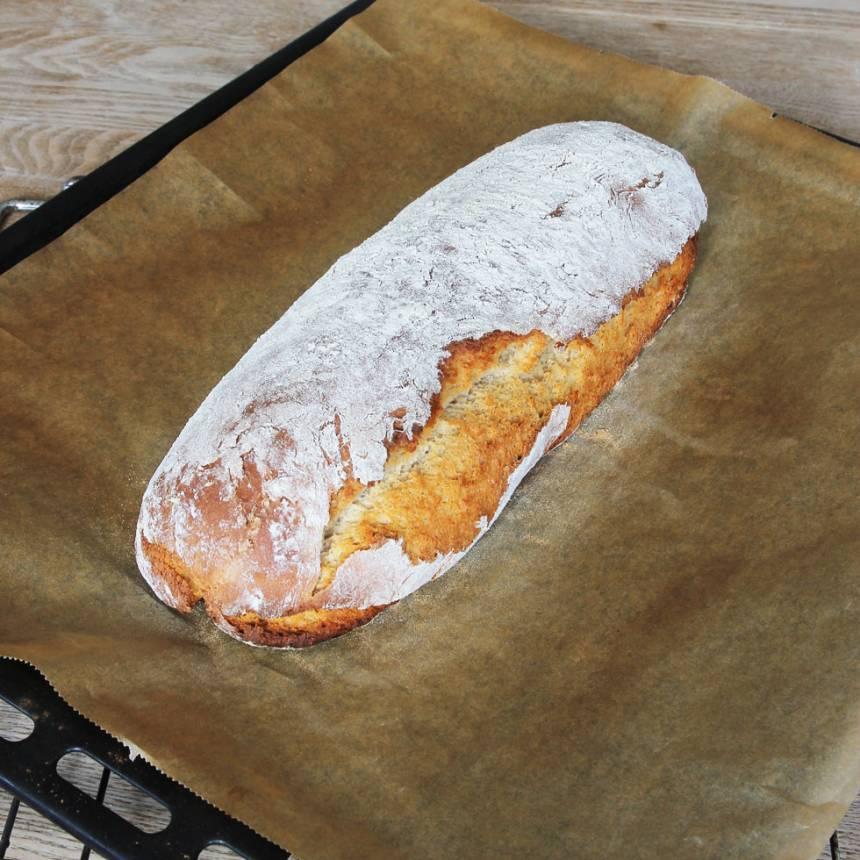 4. Sätt in brödet mitt i ugnen i en kall ugn, sätt temperaturen på 200 grader. Bröden jäser under tiden ugnsvärmen ökar. Låt bröden stå i ugnen i ca 50 min. Låt det svalna på ett galler.