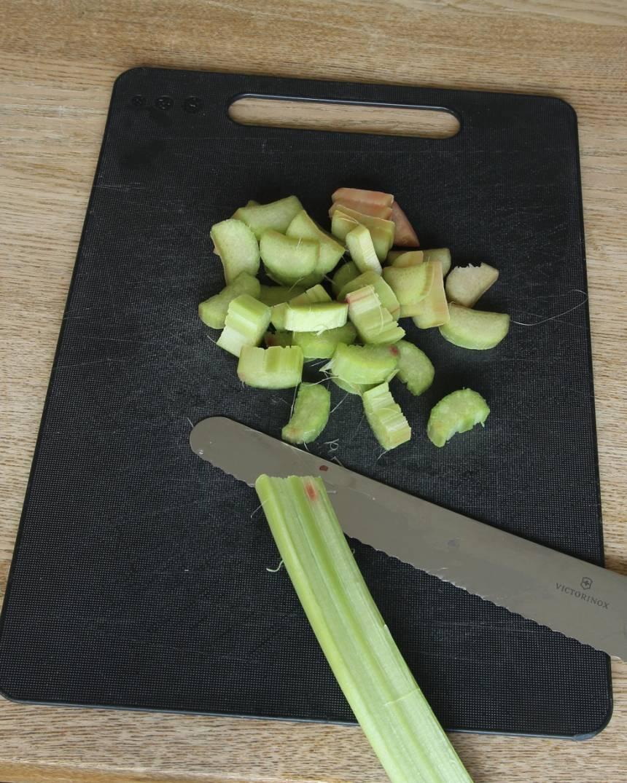 1. Sätt ugnen på 200 grader. Skala rabarbern och skär den i bitar, ca 1 cm.