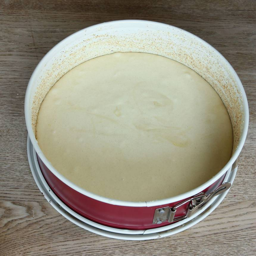 4. Häll smeten i en smord och bröad springform, ca 24 cm i diameter.