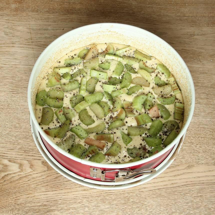 5. Strö rabarbern och kardemumman på smeten.