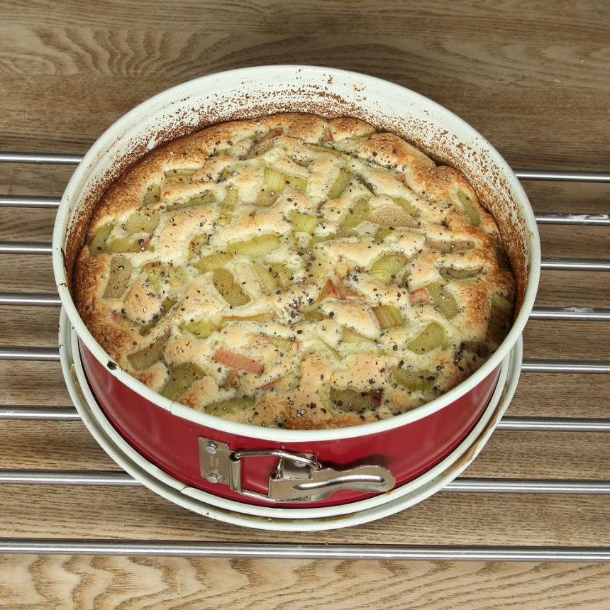 6. Grädda kakan mitt i ugnen i 28–30 min. Den ska vara lite lätt kladdig och seg. Ät den som den är eller servera med vaniljsås eller glass.