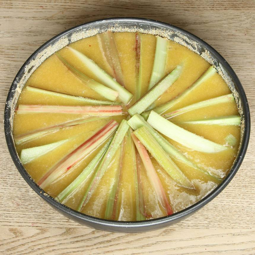5. Lägg ut rabarberbitarna i form av en sol på smeten.