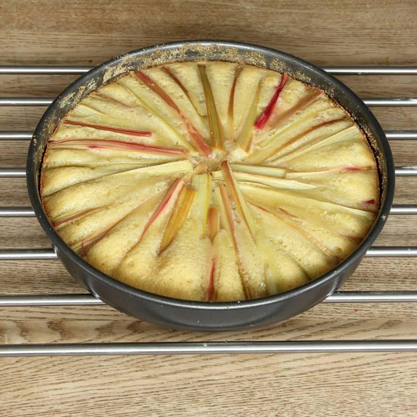 6. Grädda kakan mitt i ugnen i 20–23 min beroende på hur kladdig du vill ha den. Låt den svalna i formen. Servera gärna med vispgrädde eller glass.