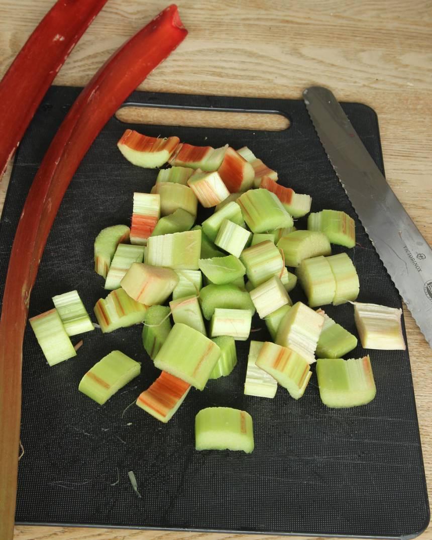 1. Sätt ugnen på 225 grader. Skala rabarbern och skär den i ca 2 cm bitar.