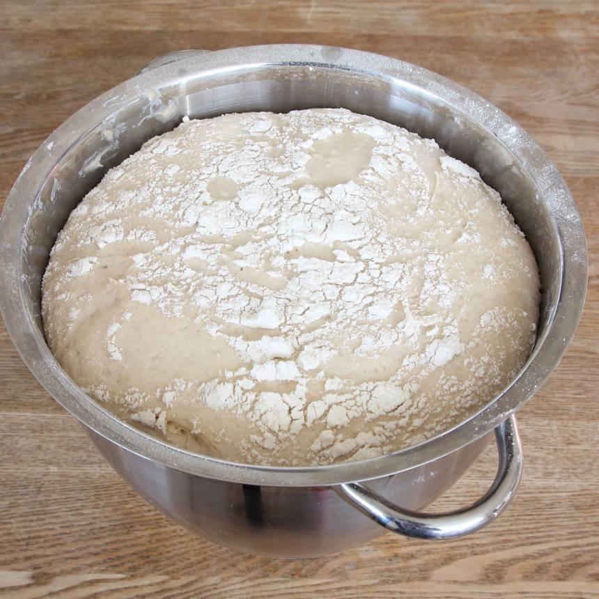 1. Smula ner jästen i en bunke. Tillsätt mjölken och blanda tills jästen lösts upp. Tillsätt rapsolja, salt, vetemjöl och rågsikt, lite i taget. Blanda ihop allt till en kladdig deg och kör den i en hushållsmaskin i ca 5 min. Det går att knåda degen för hand, i ca 10 min, men det är väldigt kladdigt. Tillsätt inte extra mjöl. Det är viktigt att knåda den länge så glutentrådarna blir starka. Låt degen jäsa under bakduk i ca 1 tim.