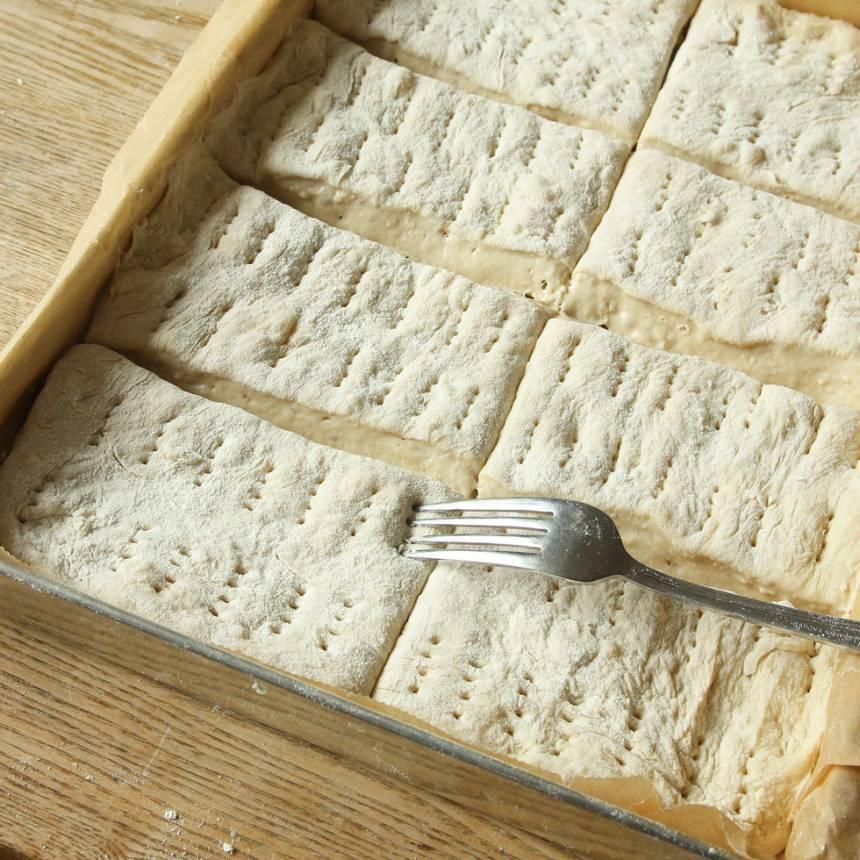 4. Nagga rutorna med en gaffel. Låt brödet jäsa under bakduk i ca 30 min. Sätt ugnen på 250 grader.
