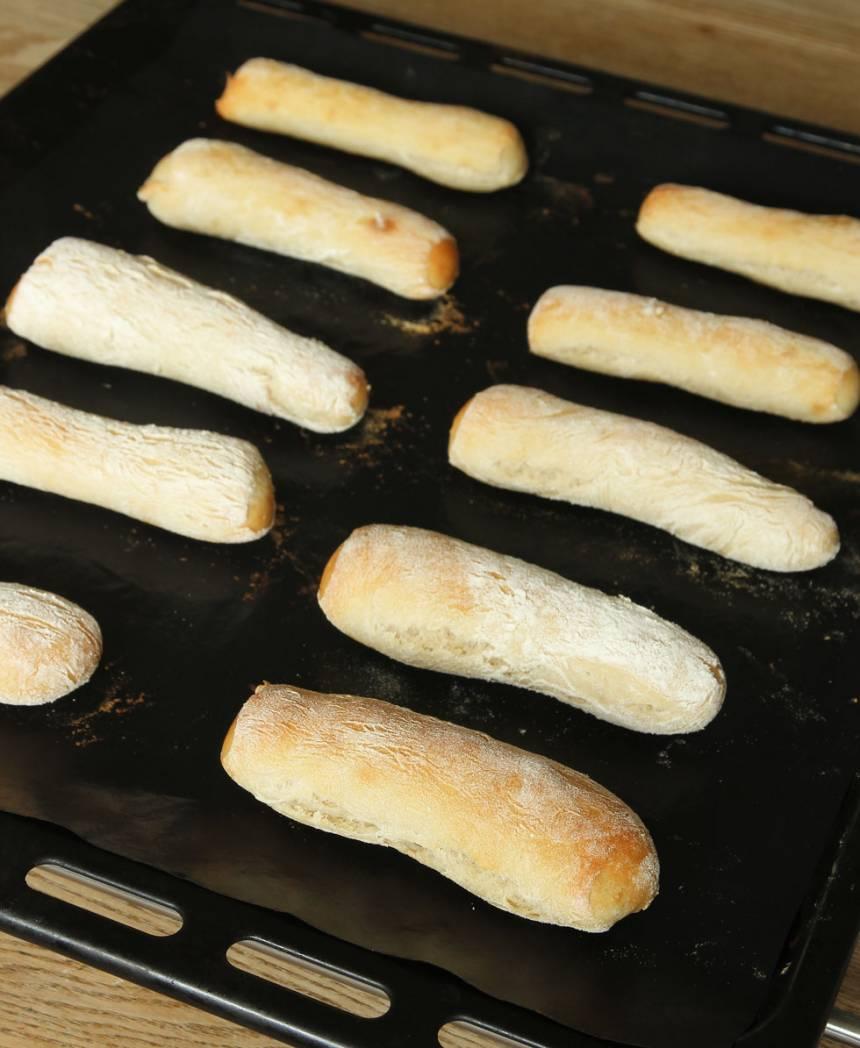 4. Grädda bröden mitt i ugnen i 8–10 min. Låt dem svalna på ett galler.