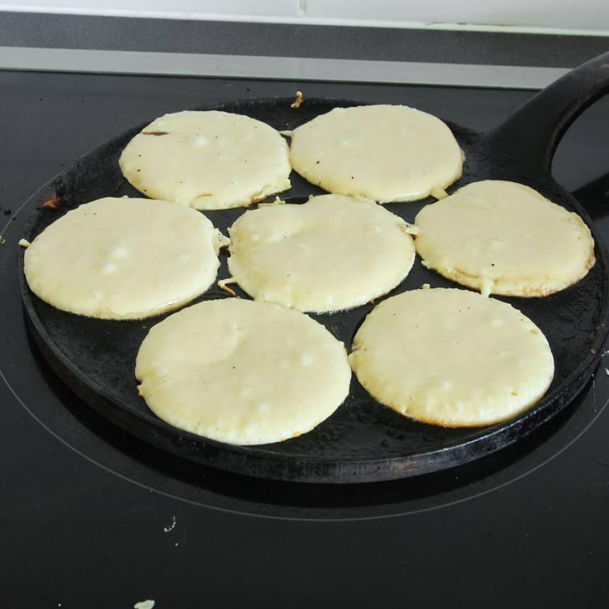 2. Värm upp ett plättjärn och lägg i en klick smör. Häll i smet och grädda på låg värme (eller klicka ut smet i små rundlar i en stor stekpanna). Kontrollera värmen så de inte bränns.