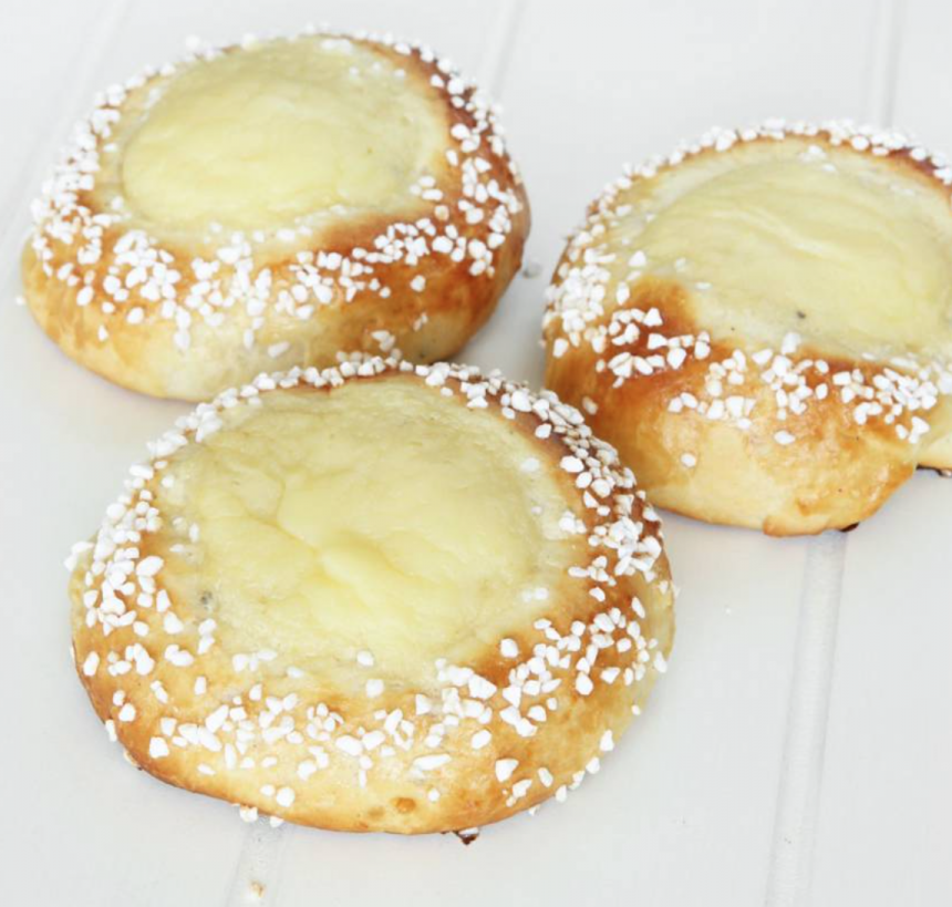 Saftiga solskensbullar fyllda med krämig vaniljkräm –klicka här för recept!