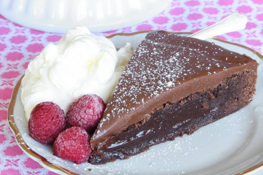 Läcker brownietårta med mjölkchokladkolakräm – klicka här för recept!