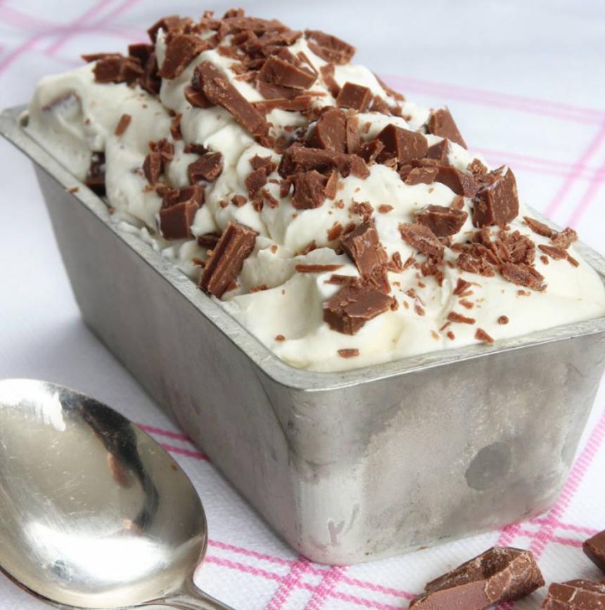 Läcker mjölkchokladglass med 3 ingredienser –klicka här för recept!