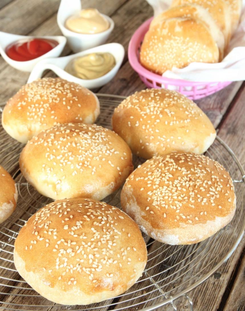 Hemgjorda hamburgerbröd är gudomligt gott –klicka här för recept!