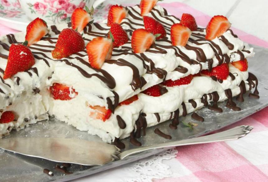 Frasig marängtårta, med fluffig grädde, choklad & jordgubbar –klicka här för recept!