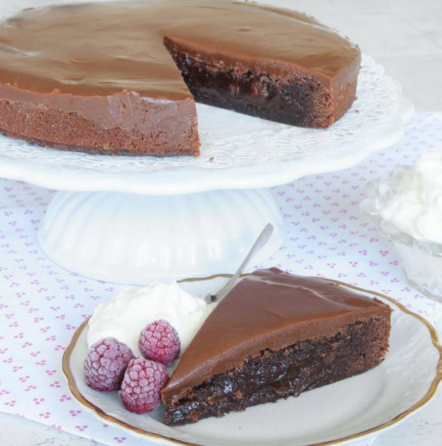 Superläcker kolatårta på en browniebotten –klicka här för recept!