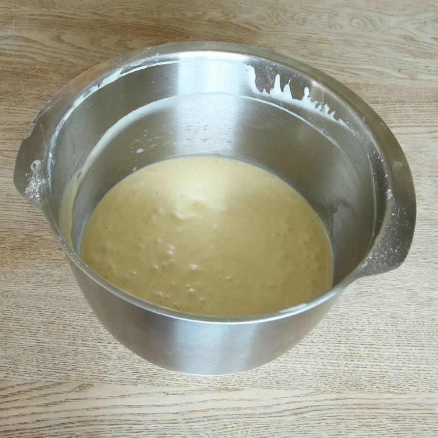 1. Sätt ugnen på 175 grader. Vispa ägg och socker pösigt i en bunke. Blanda bakpulver, vaniljsocker och vetemjöl och rör ner det i äggsmeten ihop med mjölken och smöret. Blanda snabbt ihop allt till en slät smet.