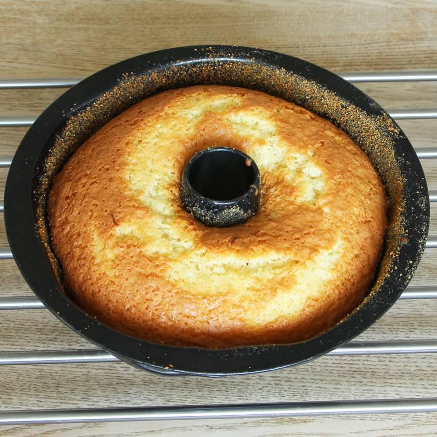 3. Grädda kakan längst ner i ugnen i 35–40 min. Låt den svalna i formen innan du stjälper upp den på en tallrik.