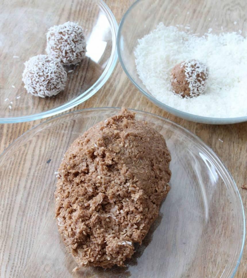 2. Gör runda bollar i önskad storlek och rulla dem i kokos (eller pärlsocker). Förvara dem i kylen.