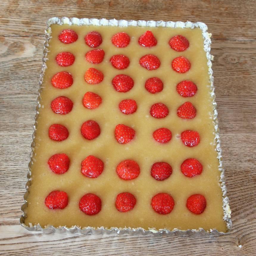 3. Lägg ut jordgubbar på smeten i raka rader eller huller om buller. Dela jordgubbarna på mitten om de är stora.