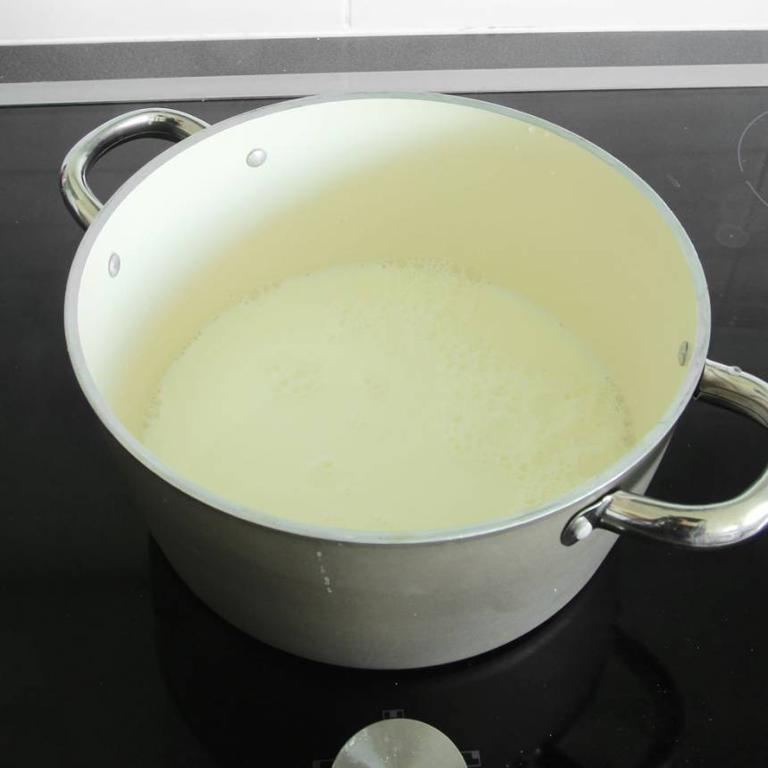 1. Värm upp mjölken i en stor rymlig kastrull eller gryta till 93–95 grader. Den får inte koka! Låt mjölken svalna till ca 44 grader.
