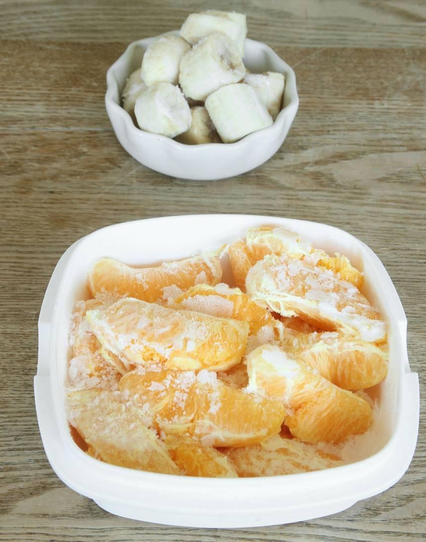 1. Mixa apelsin och banan i en hushållsmaskin med knivar till en krämig glass.