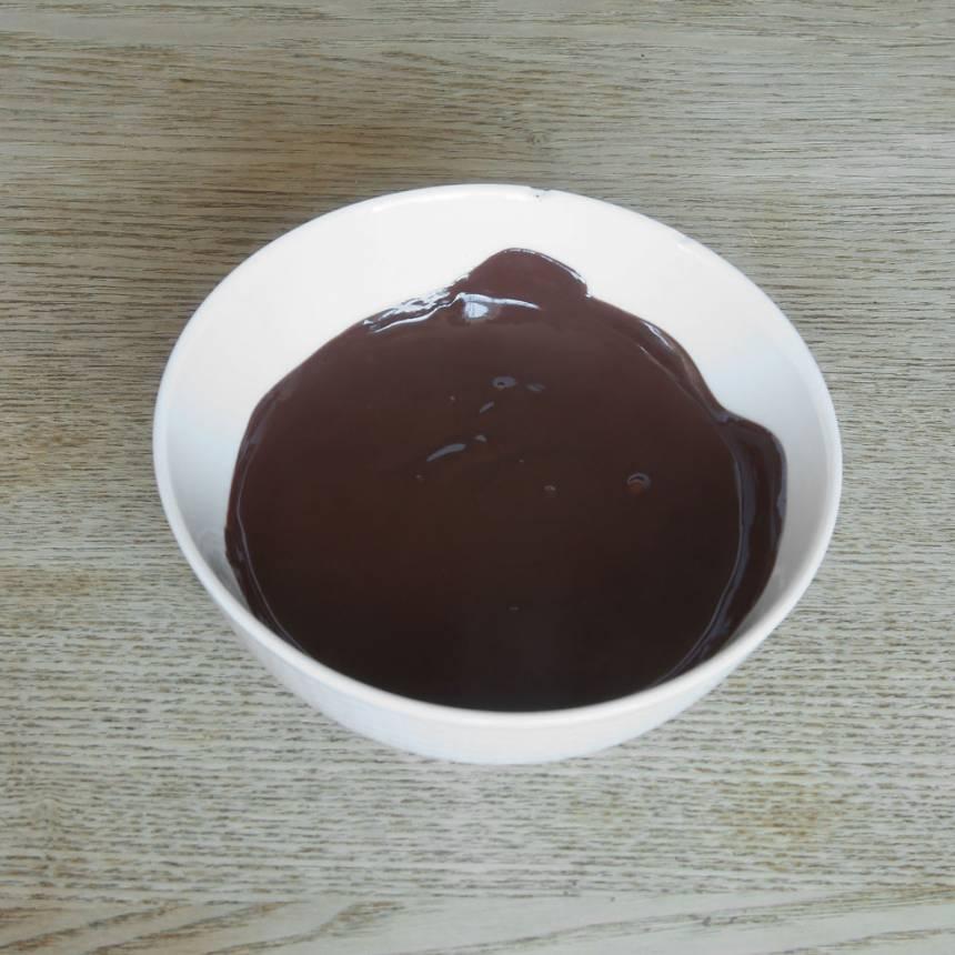 1. Smält chokladen över vattenbad (eller i mikron, men rör om då och då så chokladen inte bränns).
