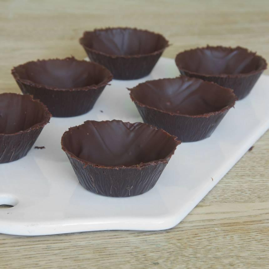 4. Lossa försiktigt formarna från chokladen.
