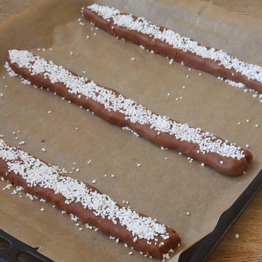5. Strö över pärlsocker och tryck till lite lätt så det fastnar i degen.