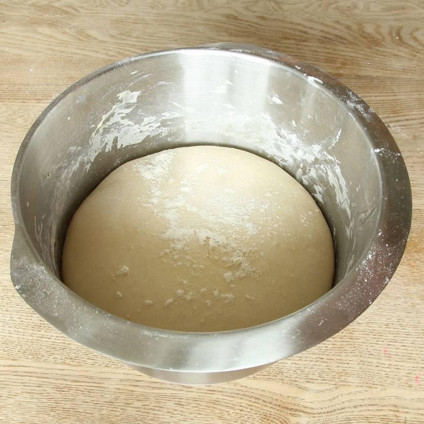 1. Smula ner jästen i en bunke. Tillsätt vatten och rör om tills jästen lösts upp. Tillsätt salt, rapsolja och vetemjöl, lite i taget. Blanda ihop allt till en smidig deg och knåda den i några minuter. Låt den jäsa under bakduk i ca 30 min.
