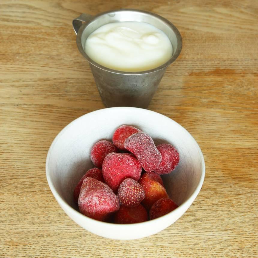 1. Ställ yoghurten i frysen i 1–2 timmar så den blir halvfryst (det är svårt att mixa den om den är genomfryst).