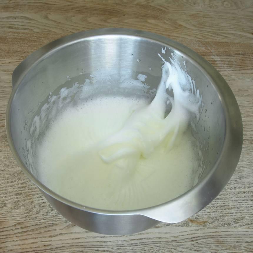5. Bunke 2: Vispa äggvitorna med en elvisp till ett hårt skum.