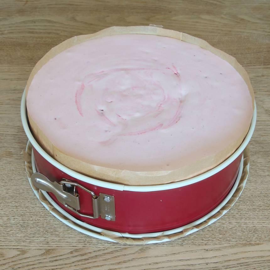 9. Häll jordgubbsfyllningen ovanpå smulbottnen. Ställ den i kylen i ett par timmar tills den är genomfrist. Ta fram den 15–20 min före servering. De ska ätas fryst, men lite tinad på ytan.