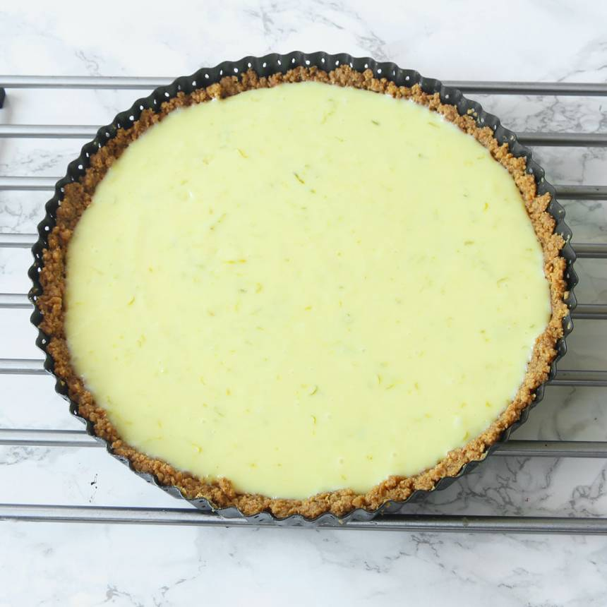 7. Grädda pajen mitt i ugnen i 11–12 min. Låt den svalna. Dekorera gärna med lime. Lite flingsalt på toppen är gott! Servera gärna pajen med vispad grädde eller vaniljglass.