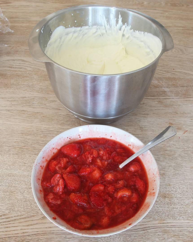 4. Blanda ner de mosade jordgubbarna slarvigt i glassmeten.