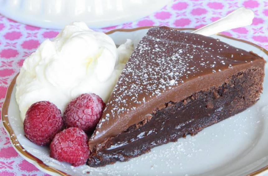 Superläcker brownietårta med mjölkchokladkolakräm –klicka här för recept!
