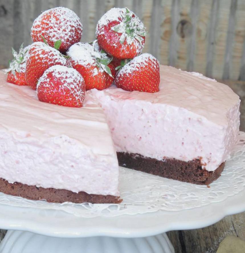Jordgubbsmoussetårta på browniebotten –klicka här för recept!