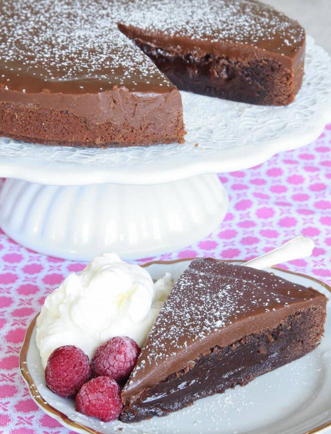 Läcker brownietårta med mjölkchokladkolakräm –klicka här för recept!