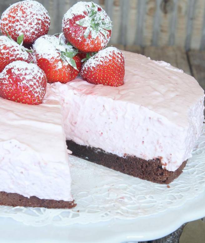 Härlig, läcker jordgubbsmoussetårta på browniebotten – klicka här för recept!