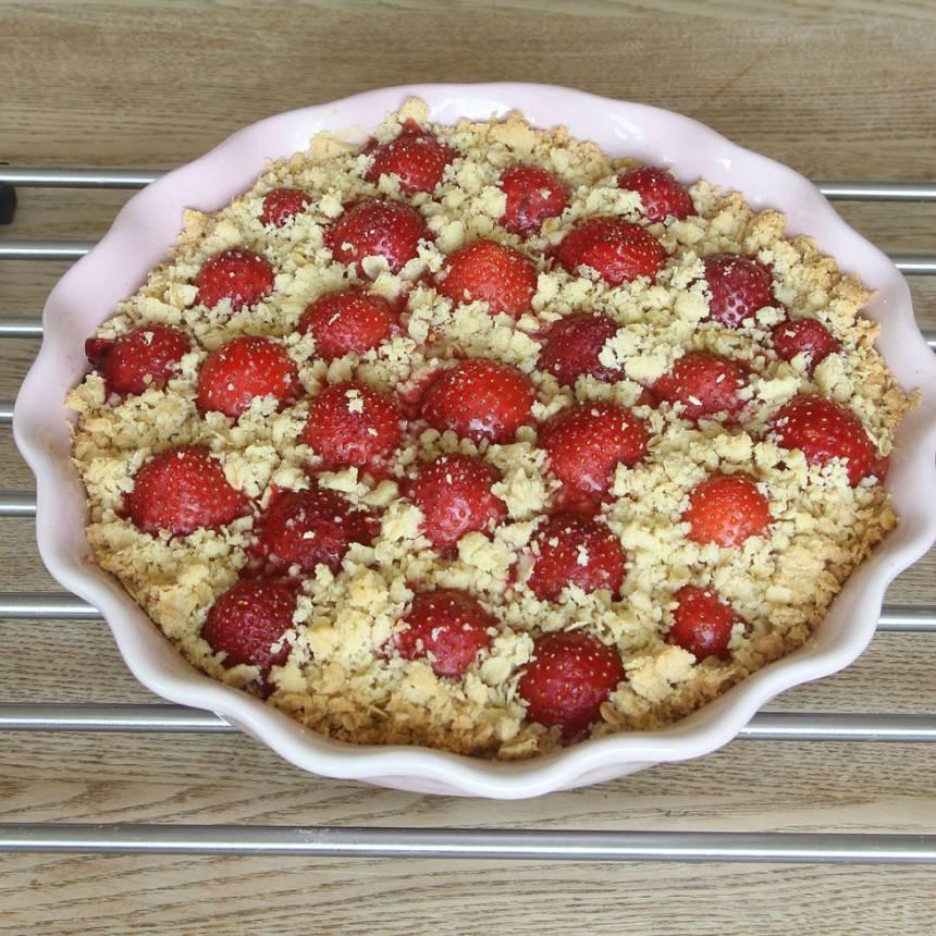 5. Grädda pajen mitt i ugnen i ca 40 min. Servera gärna kakan med vaniljsås eller glass.