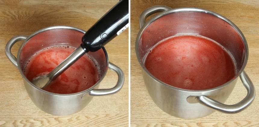 3. Blanda vatten, de mixade jordgubbarna och pressa ner apelsinsaft från apelsinen. (Bestäm själv hur mycket apelsinsmak du vill ha, tillsätt lite i taget). Apelsinen går att utesluta. Mixa lite extra i lemonaden med en mixerstav. Förvara saften i en flaska med kork i kylen. Den håller i ett par dagar.