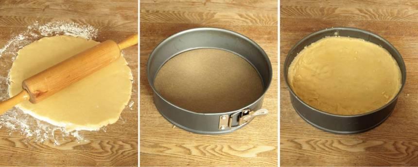 2. Kavla ut degen till en cirkel, ca 26 cm i diameter. Lägg rundeln i en form med löstagbar kant, 23–24 cm i diameter klädd med bakplåtspapper i botten. Degen ska sticka upp några centimeter på kanterna.