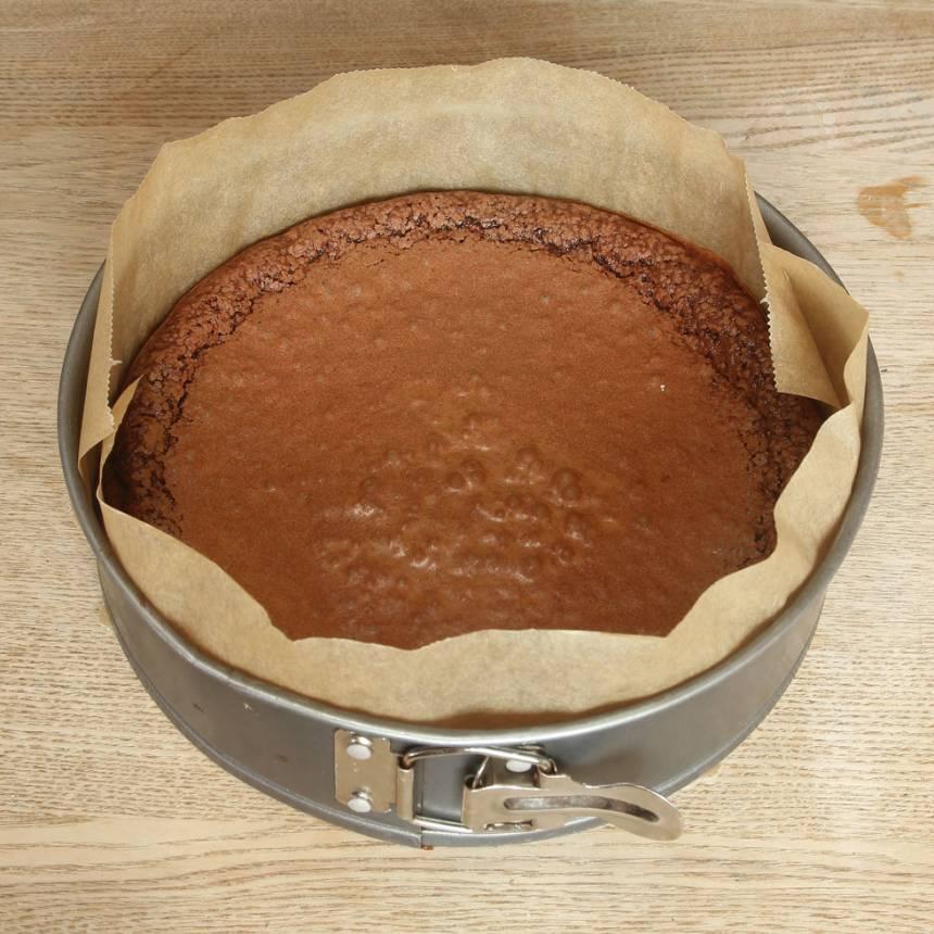 2. Häll smeten i en smord och bröad rund form med avtagbar kant, 23–24 cm i diameter (bröa med ströbröd eller kokos). 3. Grädda kakan längst ner i ugnen i 30–34 min. Låt den kallna i formen.