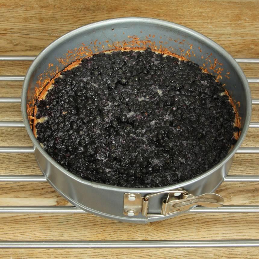 4. Grädda kakan mitt i ugnen i 25–28 min beroende på hur kladdig du vill ha den. Låt den svalna i formen. Pudra över lite florsocker. Servera gärna med vispgrädde.