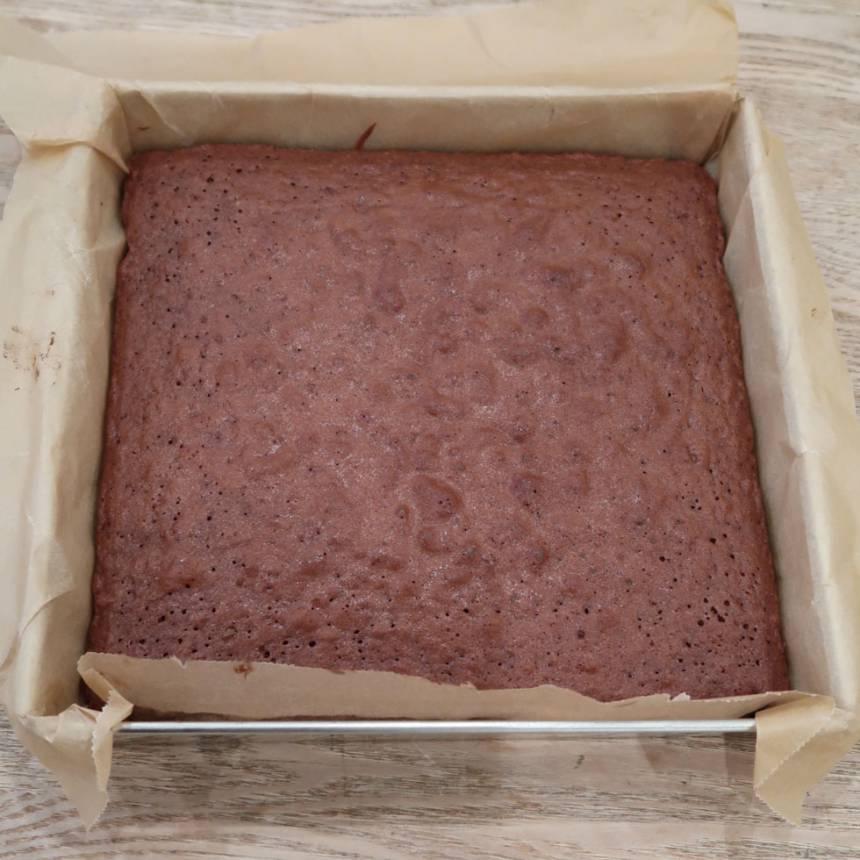 3. Grädda kakan längst ner i ugnen i ca 25 min. Låt den svalna i formen.