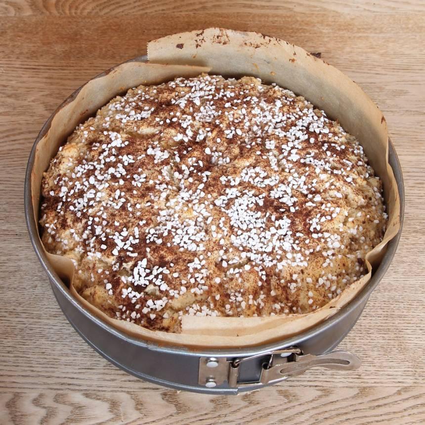 5. Grädda kakan mitt i ugnen i 30–35 min. Låt den svalna i formen.