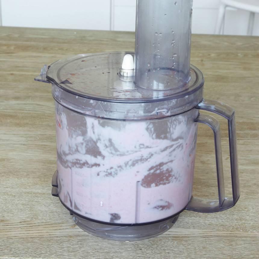 1. Mixa fryst vattenmelon, banan och mjölk eller yoghurt till en krämig glass i en köksmaskin med knivar (häll på lite mjölk i taget och anpassa mängden till hur krämig du vill ha den).